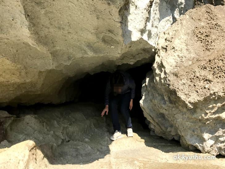 キリシタン洞窟(キリシタンワンド)の横穴から出る様子