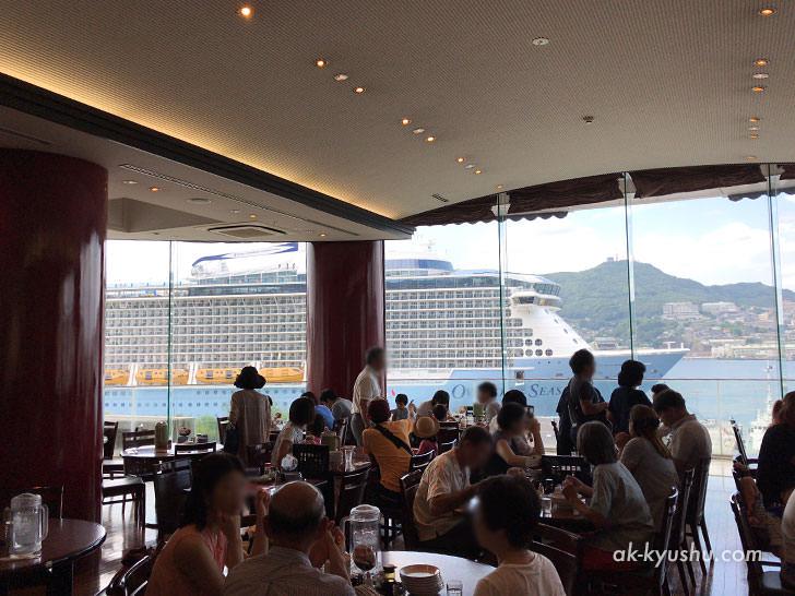 写真:四海楼からの絶景。巨大豪華客船